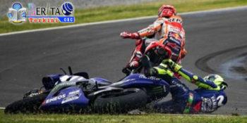 Tikung Valentino Rossi Hingga Tersungkur, Marc Marquez Picu Emosi